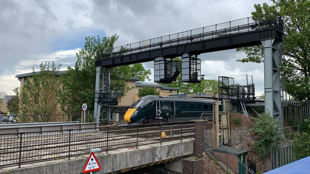 A GWR train leaving Oxford station over the existing Botley Road bridge