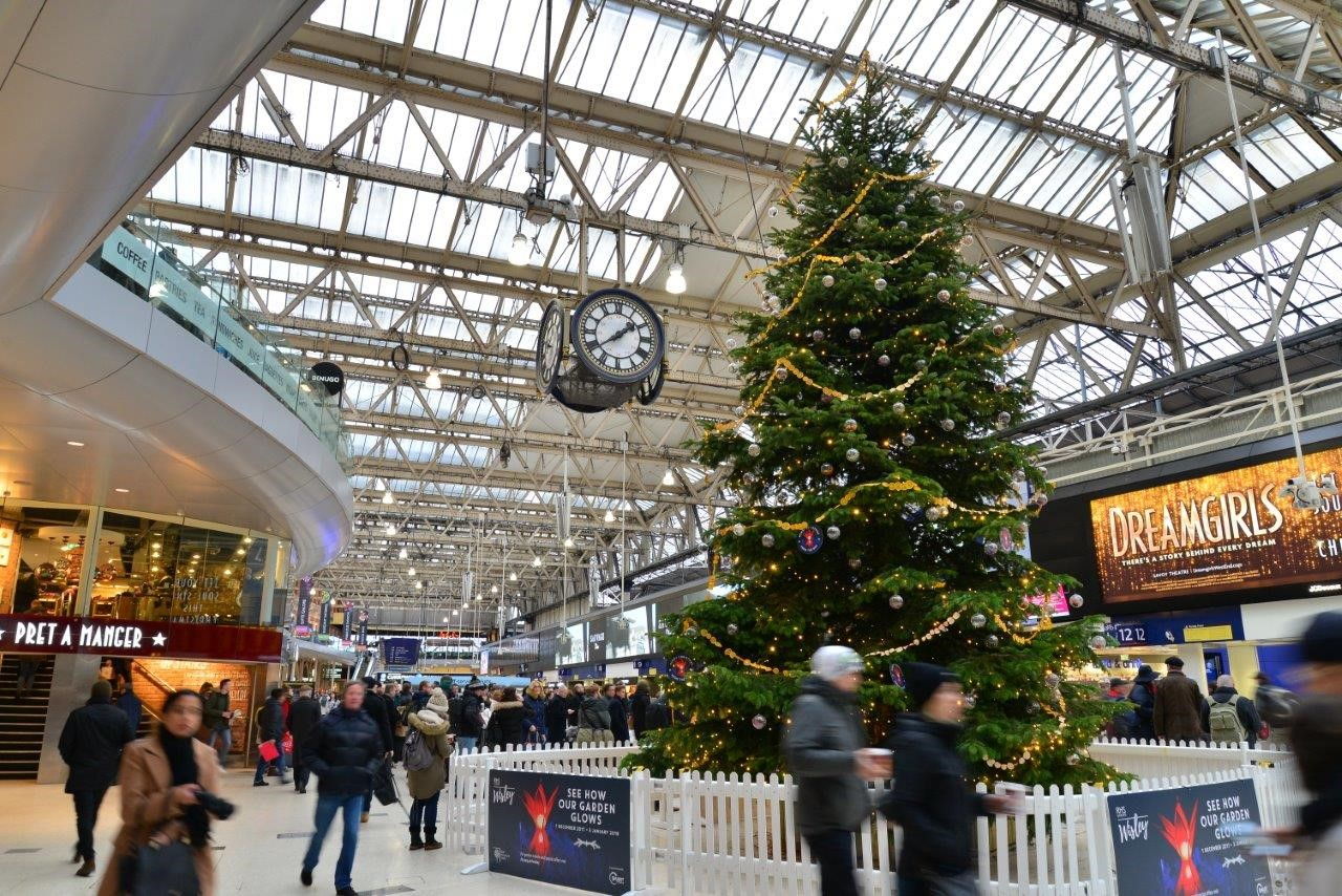 Last-minute railway station Christmas shopping brings 9% retail sales growth: Waterloo railway station concourse - with Christmas tree and clock