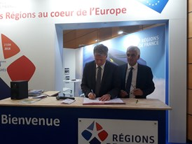 Arriva signs partnership agreement with Régions de France to assist rail reforms: Arriva CEO, Manfred Rudhart, signs Regions de France partnership