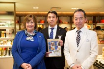 Cabinet Secretary at Isetan store