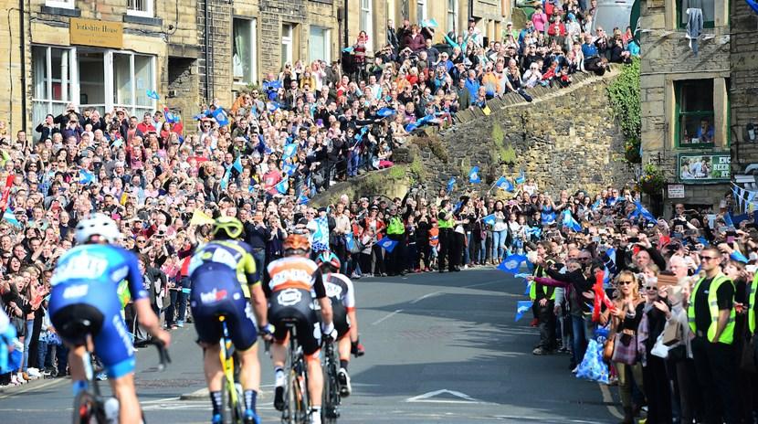 Cavendish back in action at Tour de Yorkshire!: tdycrowdsswpix.com.jpg