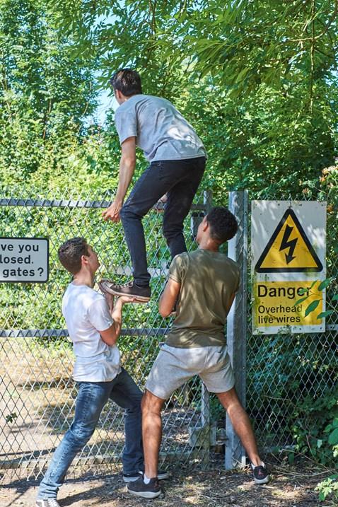 YouVsTrain Tom Climbing Fence