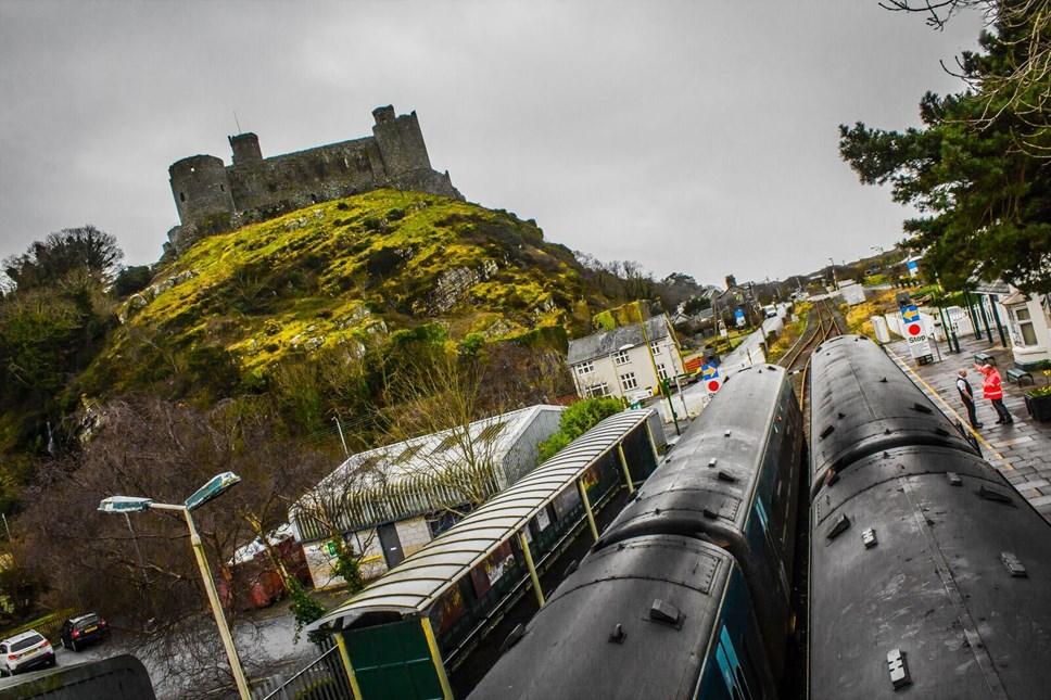 Arwain y ffordd i reilffyrdd cymunedol: Partneriaeth Rheilffordd y Cambrian ar fin cael ei hachredu!: Harlech station and castle