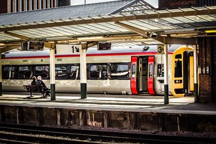 Halton Curve: mae'r amser yn nesáu i wasanaethau Lerpwl ddechrau: Chester station Class 158