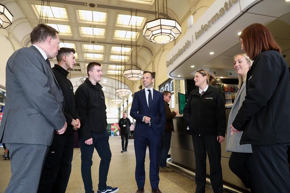 Trafnidiaeth Cymru yn cyhoeddi creu mwy na 120 o swyddi: Colin Lea, Lewis Williams, Nathan Currie, Minister Ken Skates, Frances Norman, Alice Cowley and Holly Flye