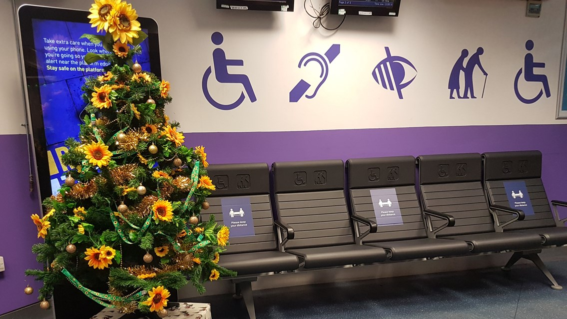 'Sunflower' Christmas tree highlights help for passengers with non-visible disabilities: Euston station's 'sunflower' Christmas tree