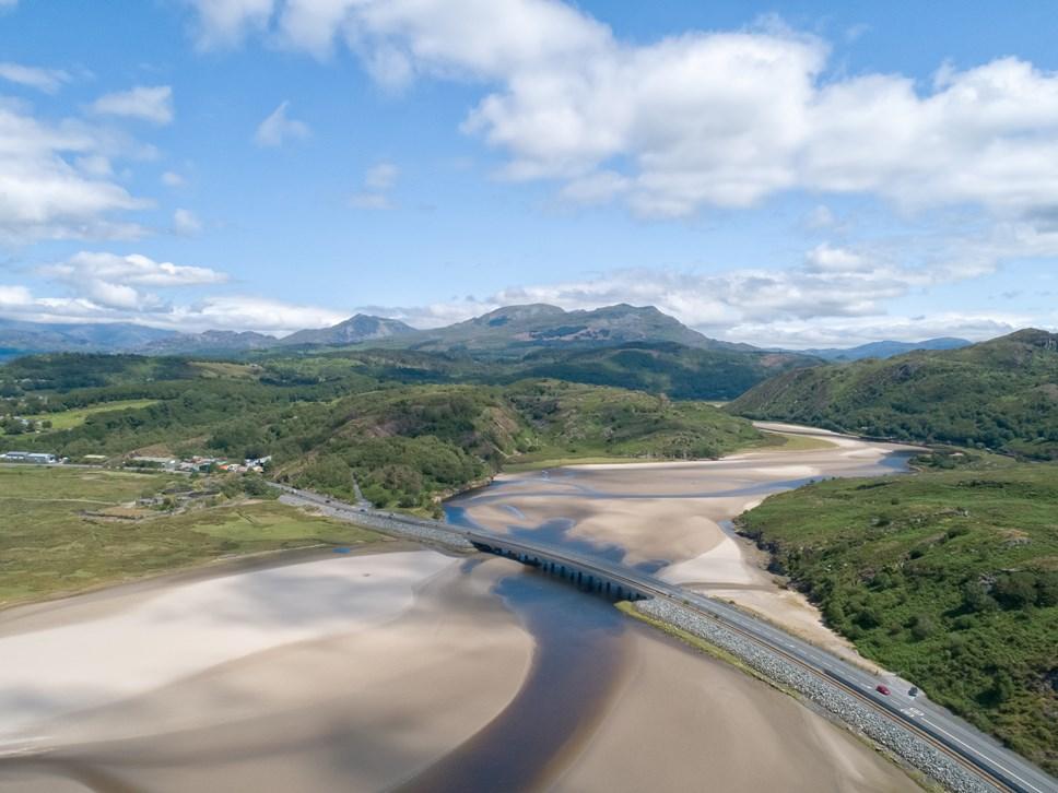 Lein y Cambrian yn Nghymru wedi ei henwi fel un o reilffyrdd mwyaf golygfaol y byd: Pont Briwet