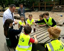 Colin Gillespie, a scientis from SEPA, helps the kids from Sciennes Primary carry out air pollution experiments