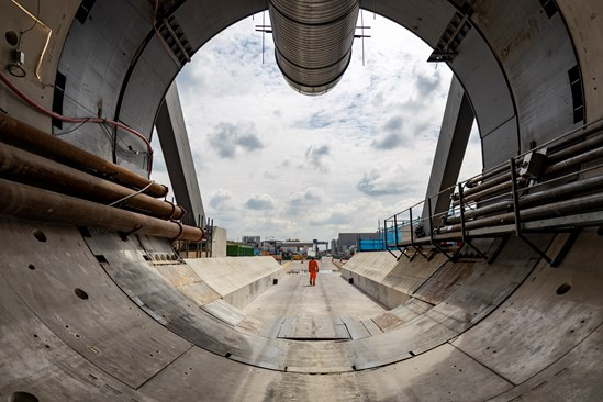 Engineer standing at the entrance of HS2's Chiltern Tunnel, August 2021 HS2-VL-27831