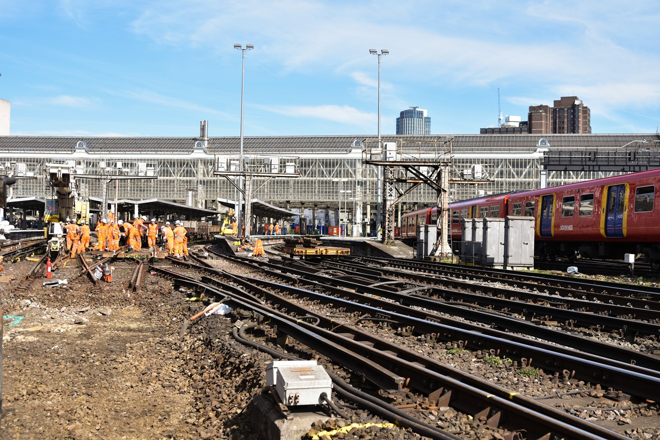 VIDEO: Network Rail replaces track at Waterloo for a more reliable railway: Waterloo 25-3-2017 Image-4