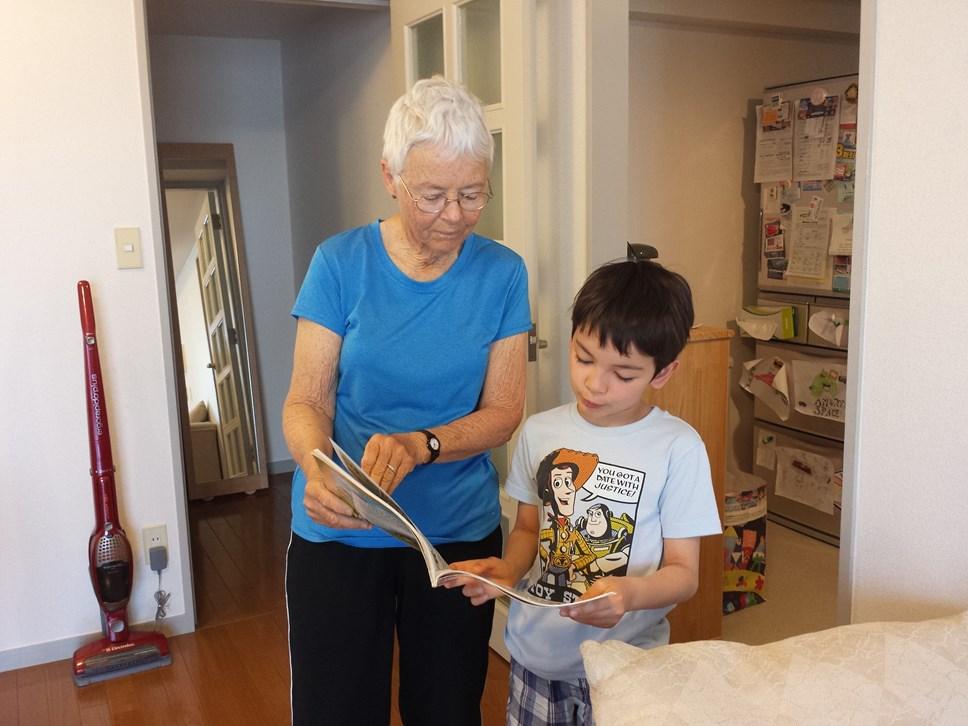 Creu Catrefi Estynedig fel bod teuluoedd yn cael dod at ei gilydd eto: grandma and grandson, childcare
