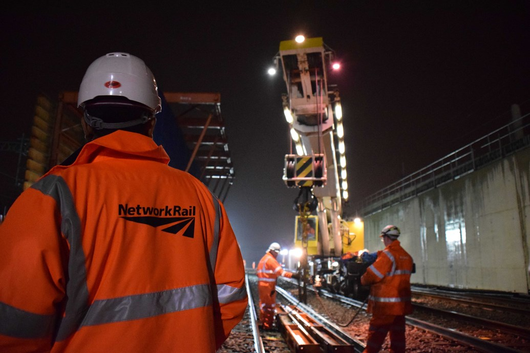 Railway Upgrade Plan to deliver better, more reliable railway for passengers and freight in the south west and Thames Valley this Easter: Work at the Stockley Flyover  192037