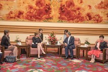 First Minister Hu Chunhua meeting: First Minister meets Vice Premier Hu Chunhua at Zhongnan Hai.