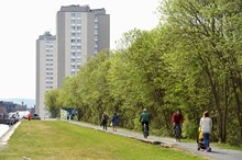 People excercising beside the Forth and Clyde canal, Glasgow. ©Lorne Gill/NatureScot: People excercising beside the Forth and Clyde canal, Glasgow. ©Lorne Gill/NatureScot