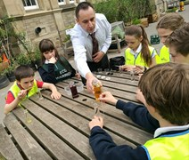 Colin Gillespie from SEPA helps the kids from Sciennes Primary carry out air quality experiments