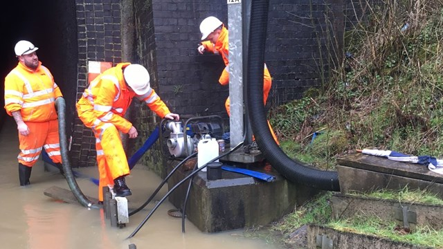 High pressure pumps being installed at Crick tunnel flooding December 2020