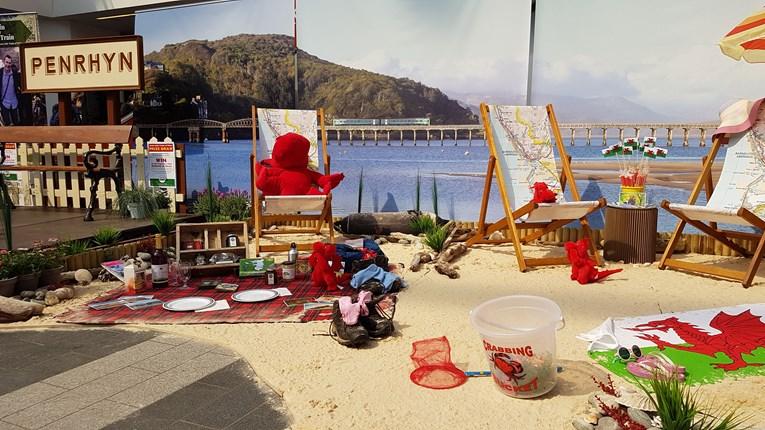 Dod â glan y môr i Birmingham New Street gyda Threnau Bach Arbennig Cymru a Threnau Arriva Cymru.: life's a beach