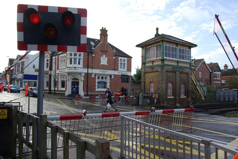 Man makes dash over crossing as barriers are lowered, Crawley High Street LX