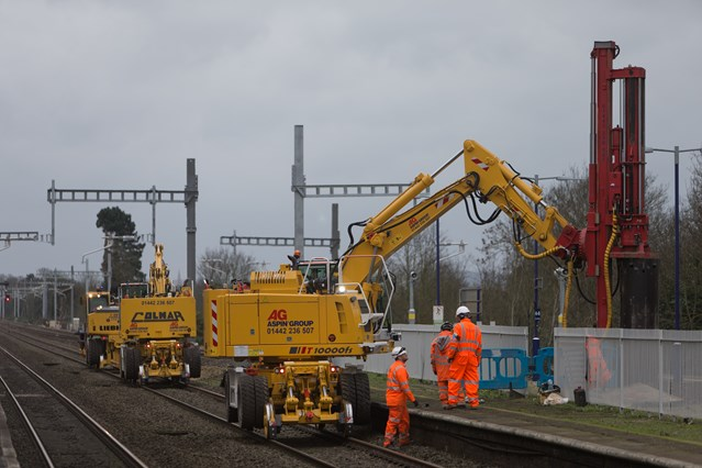 Investment in bigger, better railway in the Thames Valley and south west continues over spring bank holiday weekend: Electrification work in the Thames Valley