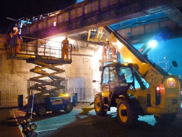 READING RAIL BRIDGE REMOVAL PREPARES GROUND FOR CHRISTMAS WORKS: Caversham Road bridge removal 18-09
