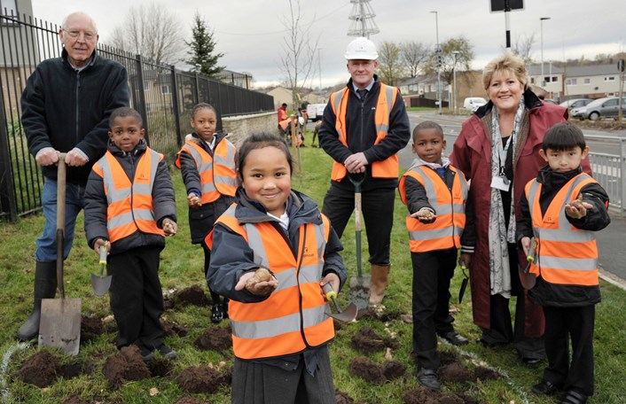 Pupils add grand splash of colour to housing regeneration project: dsc-2857a.jpg