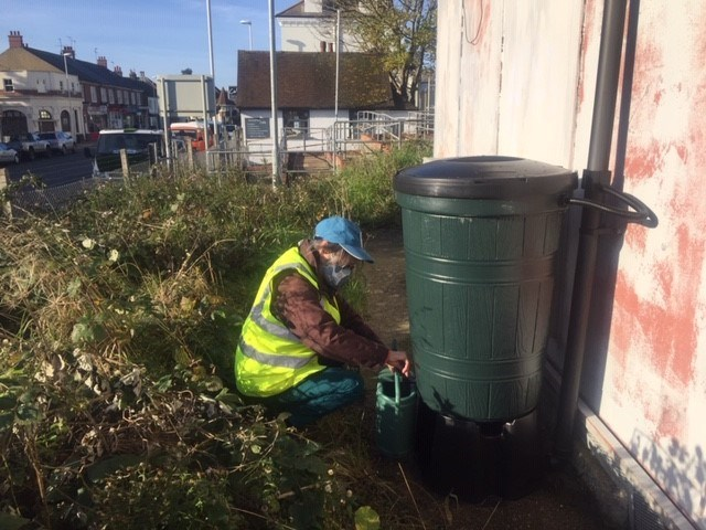 Network Rail join forces with Southern Water and a local community group to recycle rainwater and help the environment: West Worthing waterbutt