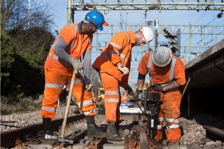 Network Rail announces contract award to support workbank delivery: Men working on track