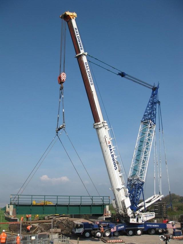 New Prill Bridge lifted by a 1000-tonne crane: Pill Bridge