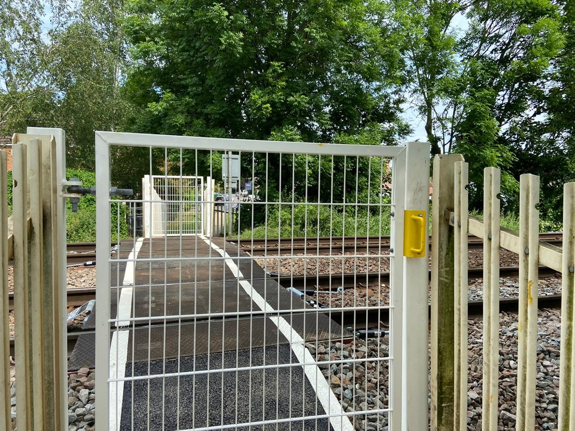 Wicket gates installed at Chestnut Grove level crossing