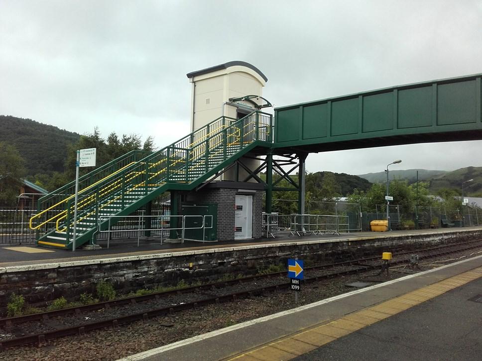 Map newydd i wella hyder teithwyr anabl i deithio ar drena: Machynlleth footbridge