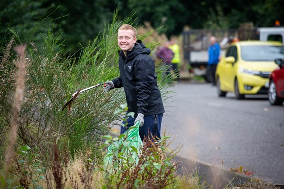 Inspired volunteers head out on more than seven litter picks a day during Renfrewshire's Spotless September: Renfrew - volunteer (1)