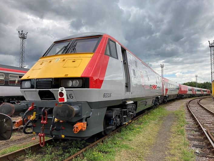 Trenau intercity Caerdydd-Caergybi DVT
