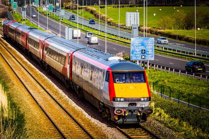 Trenau intercity Caerdydd-Caergybi: Delwedd: Robert Mann