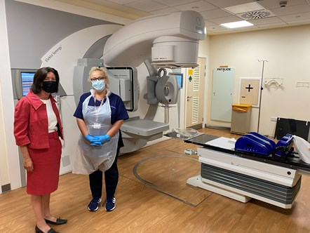 Minster Eluned Morgan with imaging lead radiographer Nia O'Rourke