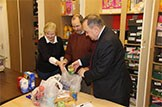 First Minister Visits Foodbank: Flickr