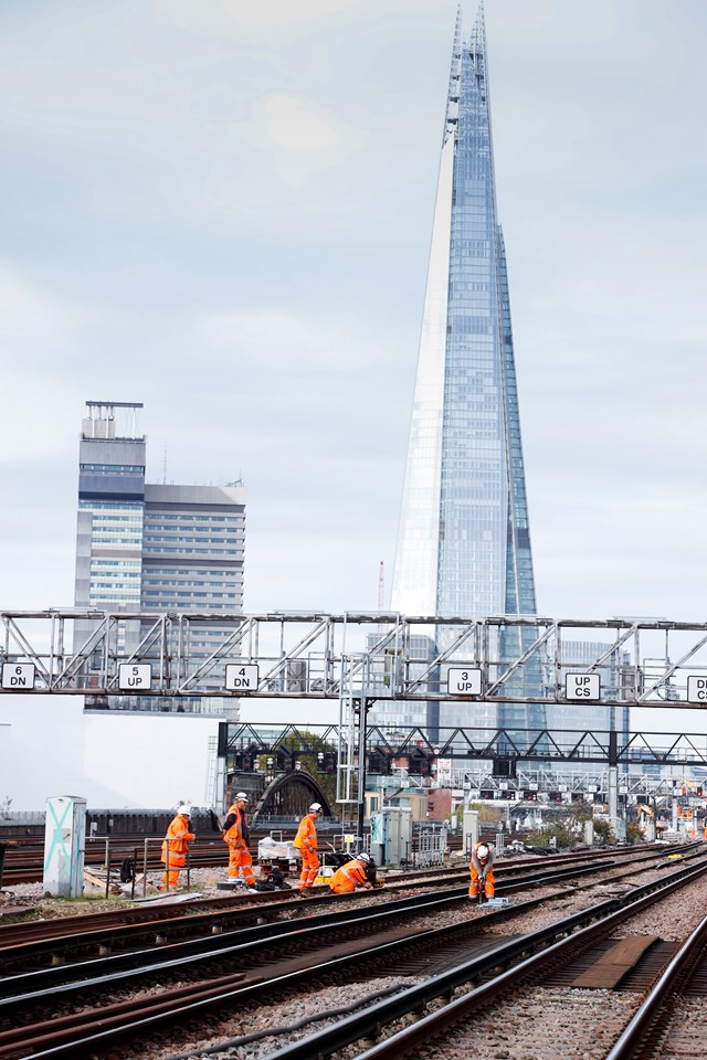 LondonBridgeNov: Men at work on the tracks approaching London Bridge ahead of ten days of upgrade work over Christmas and New Year.