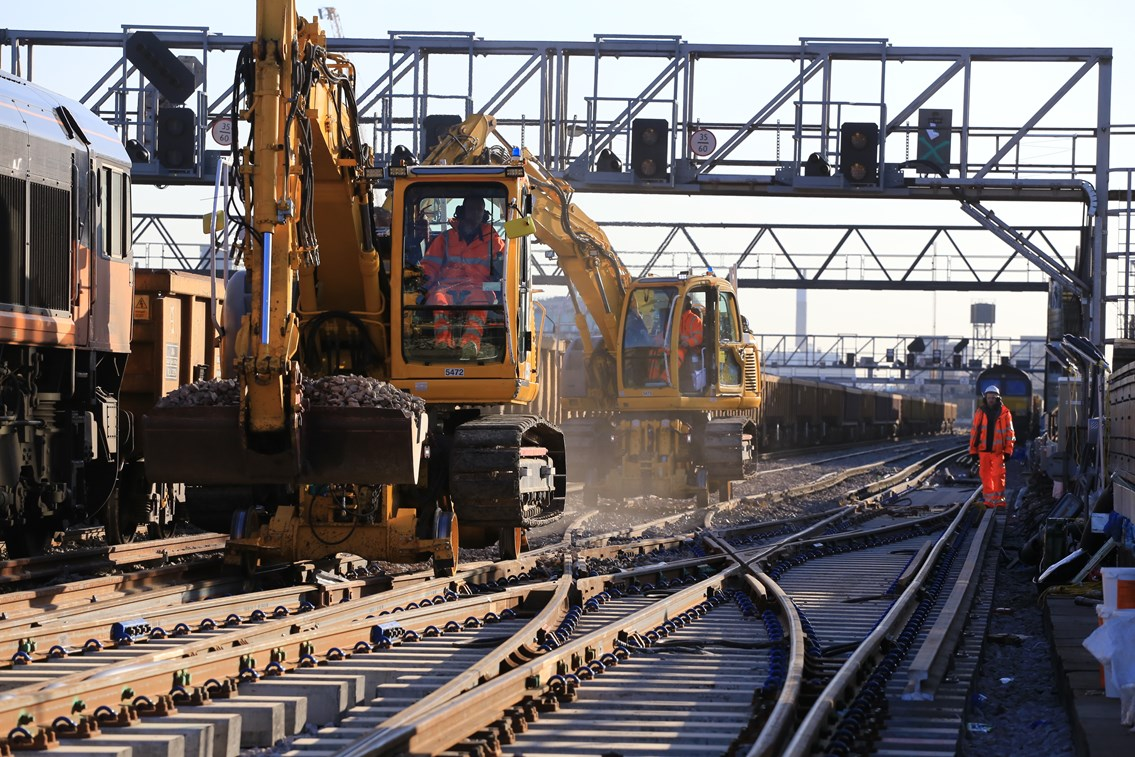 Network Rail deploys 14,000 strong army over Easter to improve the railway: London Bridge - Christmas Day 2014