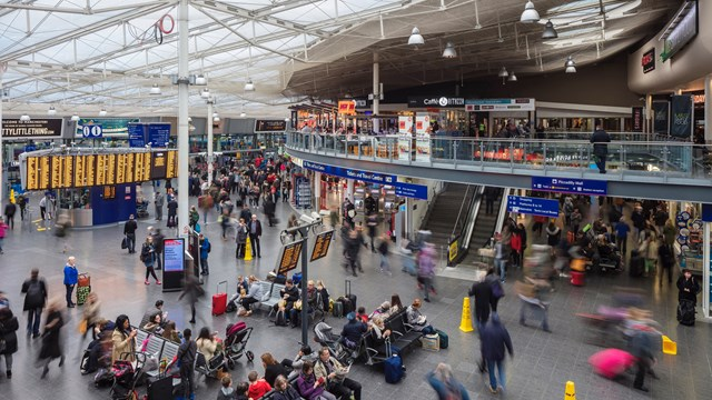 Manchester Piccadilly passengers urged to 'think in threes' during Christmas markets: Manchester Piccadilly station concourse