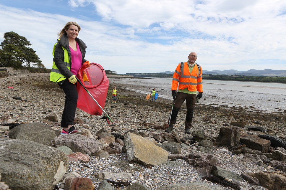 Consultation launched on plans to reduce single use plastics in Wales: Hannah Blythyn Deputy Minister for Housing and Local Government and Gareth Evans from Keep Wales Tidy at beach clean