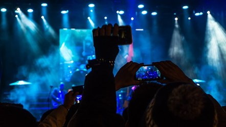 5G Crowd concert mobile phones