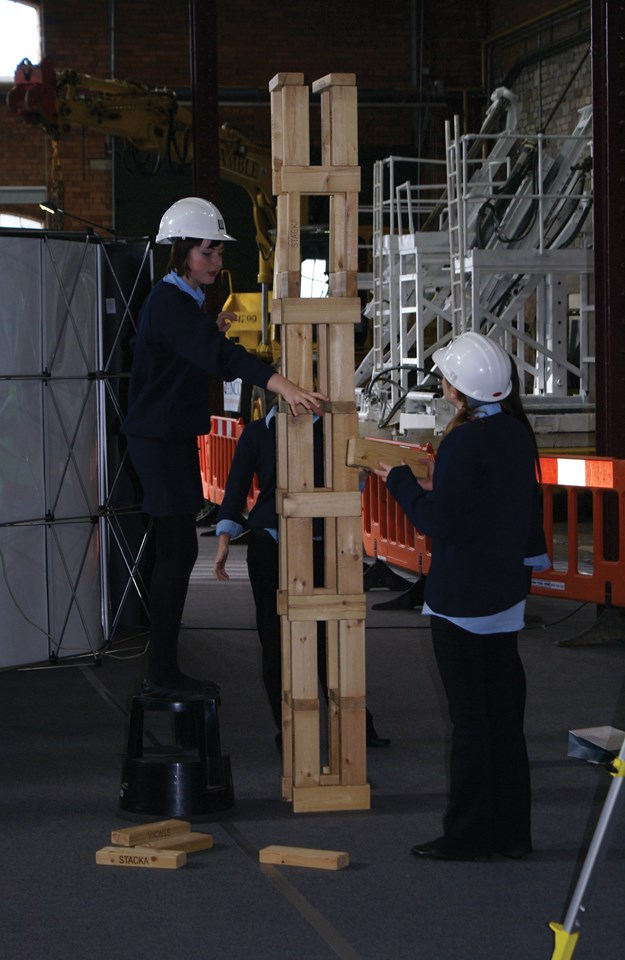 Giant Jenga at Railway Engineering Day: Pupils are challenged by engineering tasks