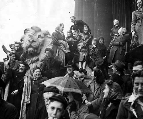 13 May 1945, celebrations on Leeds Town Hall steps as part of the Victory Parade.: Credit: Yorkshire Post Newspapers, Leodis photo archive.