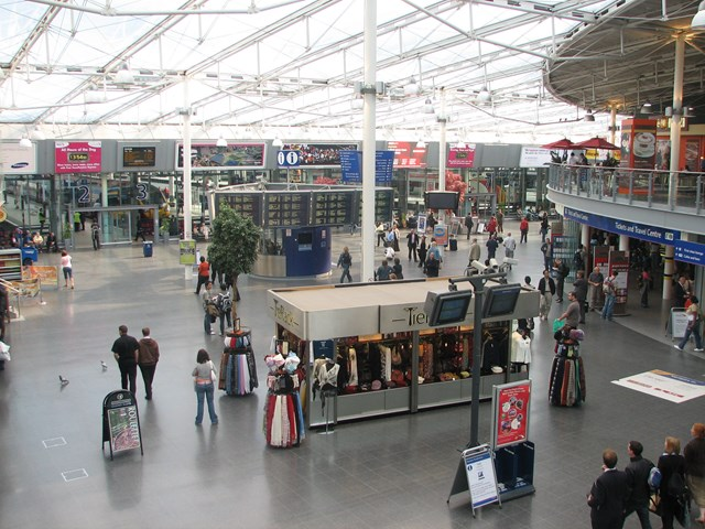 Manchester Piccadilly Station: View of concourse from upper balcony