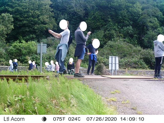 Rail partnership warns against dangers of level crossing misuse following shocking 'railway selfie' craze: jQgNgCiN