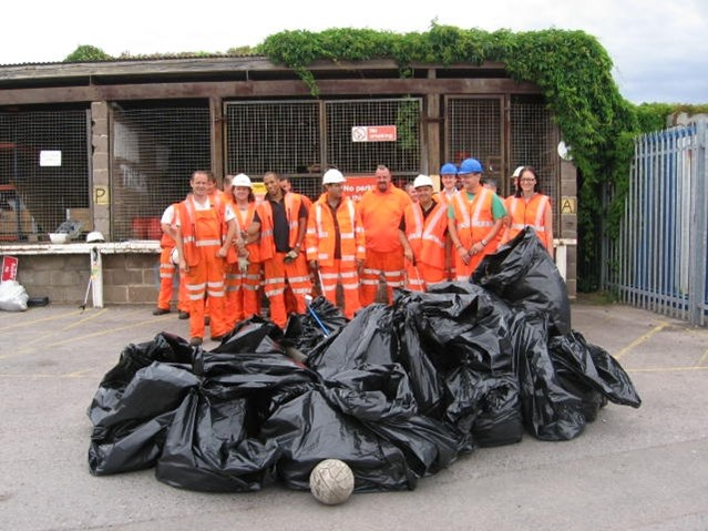 CLEAN UP SQUAD BLITZ READING RAILWAY: Reading Mile Litter Picking Day