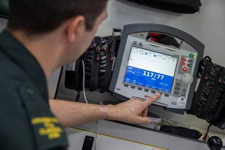 Gofal critigol ar gyfer y coronafeirws mewn niferoedd: Paramedic with defibrillator