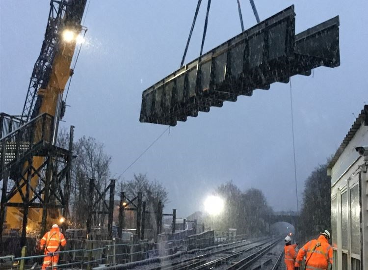 New footbridge makes it safer to cross the railway at Stone Crossing: 171214~1,B6,26D,33C,258,1B8,0~5020308