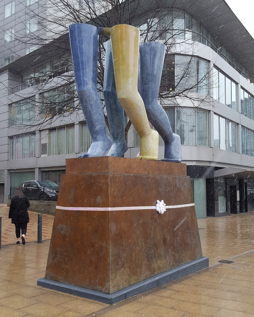 Leeds welcomes artwork from one of the regions foremost sculptors : legswalkingcitysquare.jpg