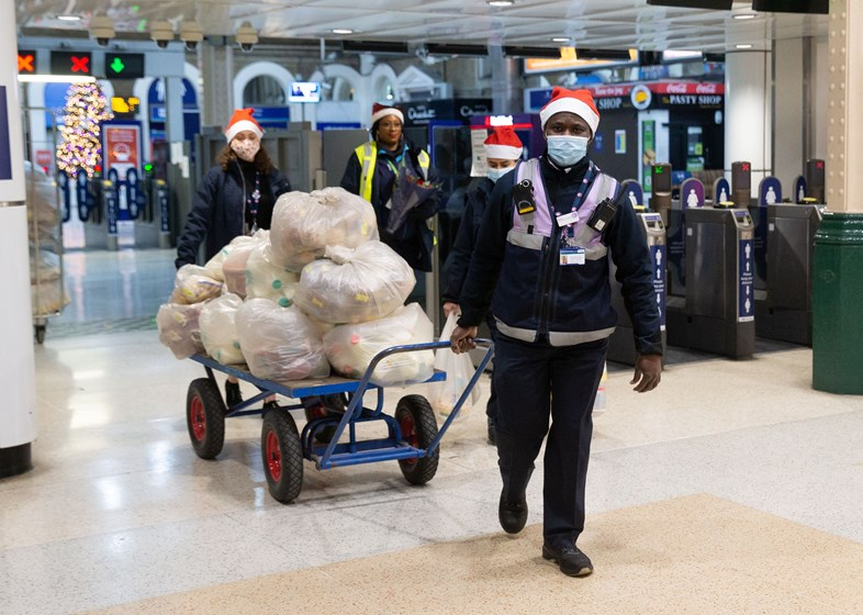 Southeastern and Network Rail staff worked through Christmas Eve to deliver food to lorry drivers stuck in Kent (with high-res photography): 10905 0038 -