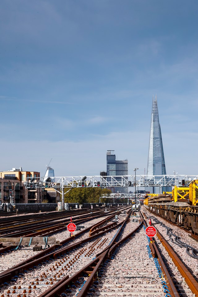LondonBridgeTrackNov: The tracks approaching London Bridge are now complete. Lines 1-5 through London Bridge will be commissioned on 2 January 2018.